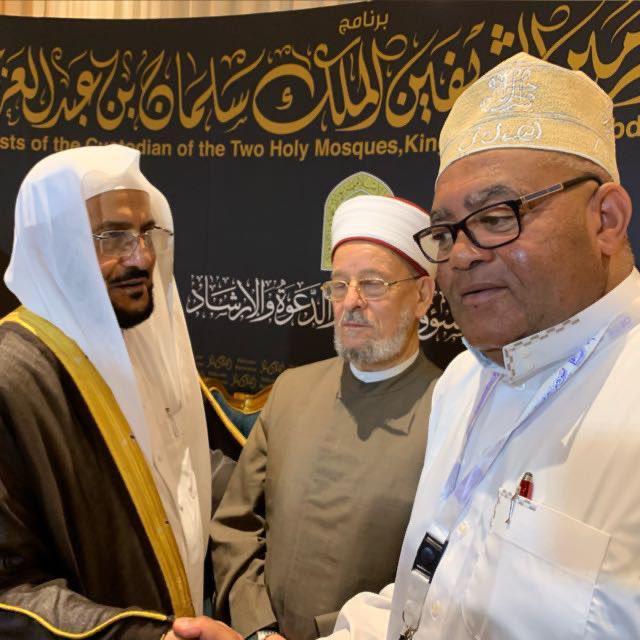 أيها المرجفون كفوا ألسنتكم عن معالي الوزير د.عبد اللطيف آل الشيخ !.