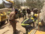 وفاة عامل باكستاني بعد احتجازه داخل البوكلين ونجاح الدفاع المدني من تحريك الصخرة وإخراجه