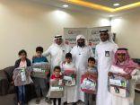البنك الأهلي يقدم 100 حقيبة مدرسية لأيتام أكناف