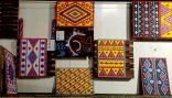 """""""أم محمد"""" تعيد تدوير الأغطية لتصنع أشكالا فنية مذهلة"""